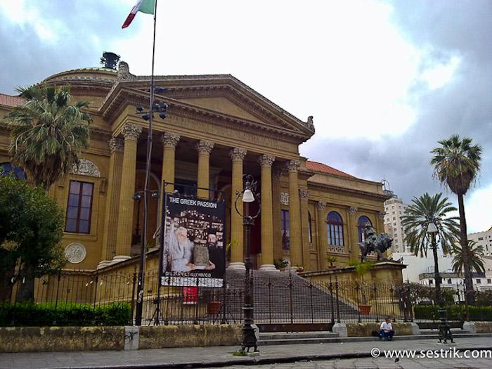 оперный Театр Массимо на площади Верди