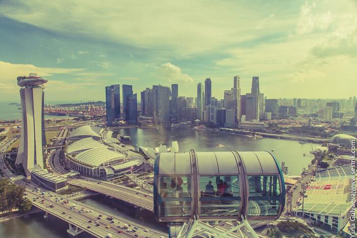 Вид на центр Сингапура с колеса обозрения Singapore Flyer.