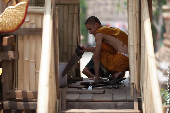 монах строит храм