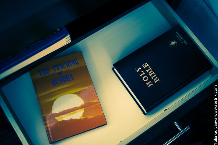 библия в тумбочке