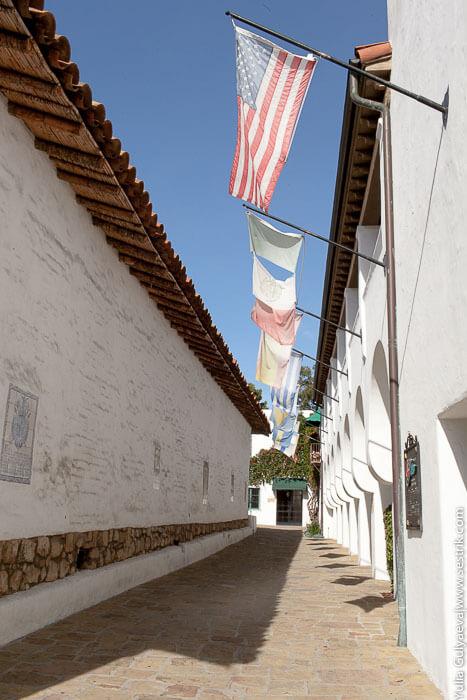 флаги веят на ветру