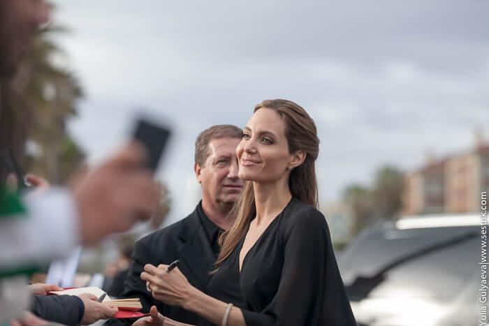 Анджелина Джоли дает автограф