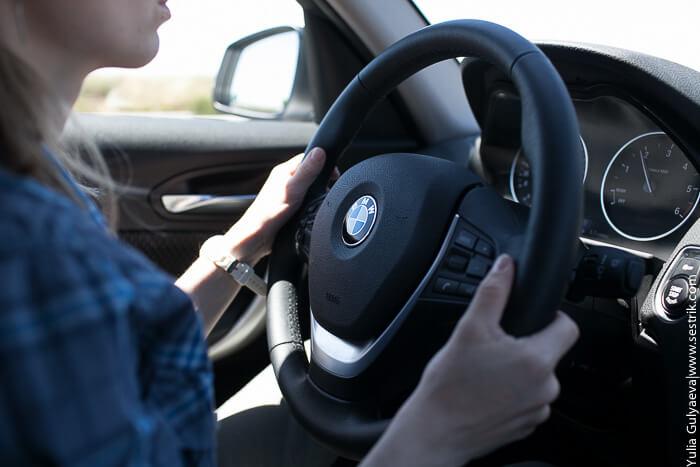 руки девушки на руле бмв