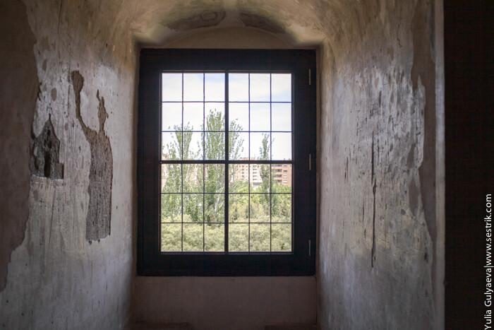 окно в замке