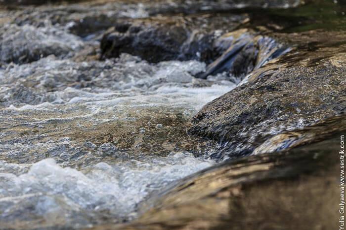 бурные пороги реки