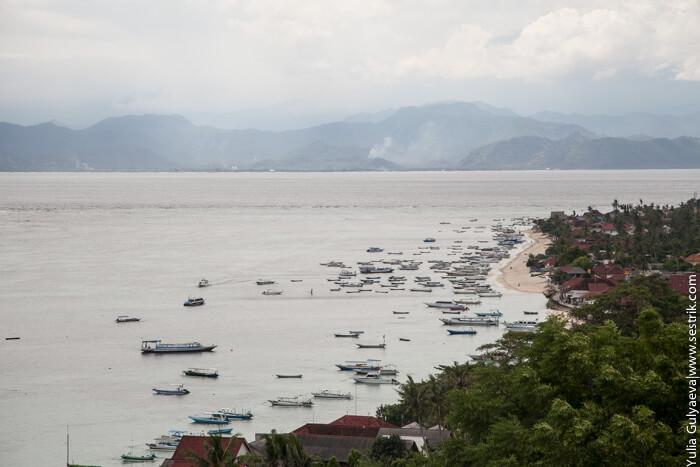 лодки в море на острове лембонган
