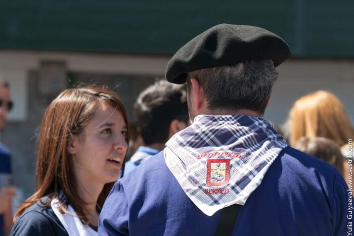 платок в сине-белую клетку и берет