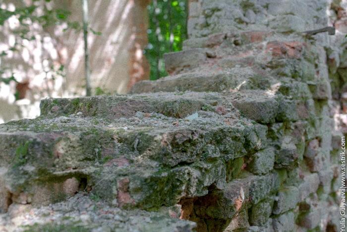 разрушенная стена