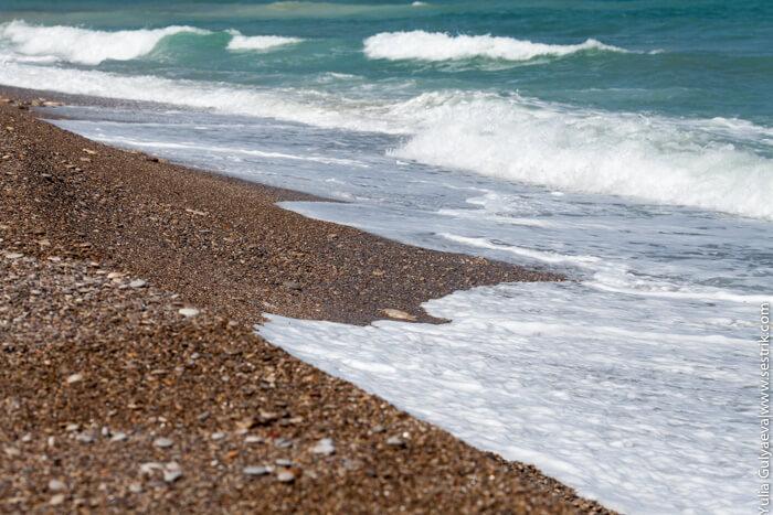 волны на пляже в беникарло