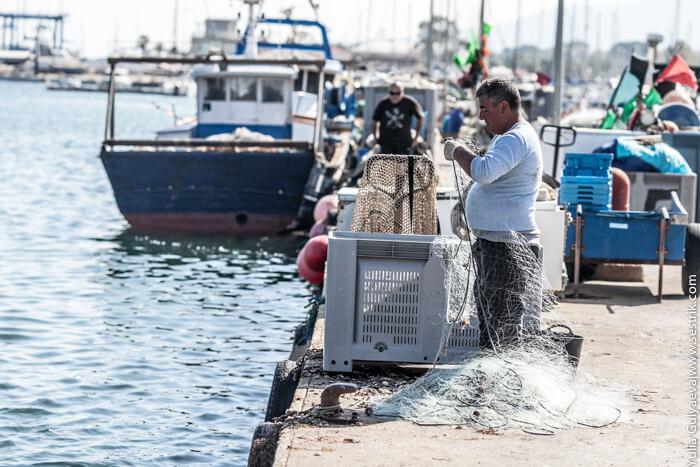 рыбак чинит сеть