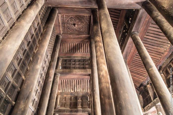 столбы из тика в монастыре