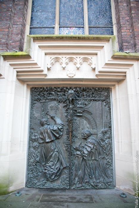 старинные двери собора