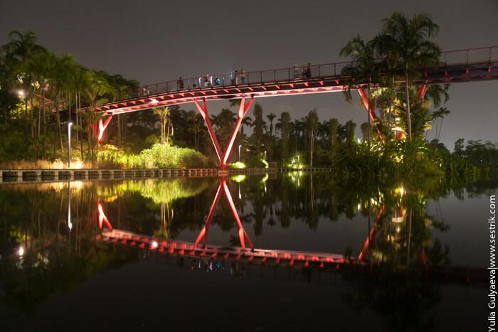 пешеходный мост через реку в сингапуре