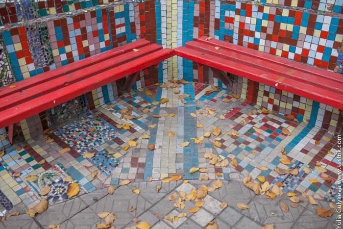 скамейка в мозайке