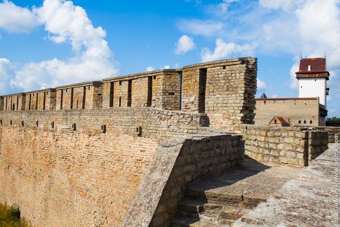 стены крепости в ивангороде