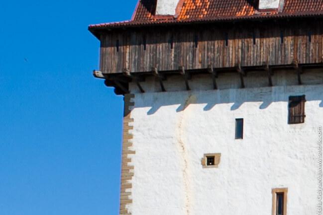 шов соединяющий отрестврированную и старую часть башни в нарве
