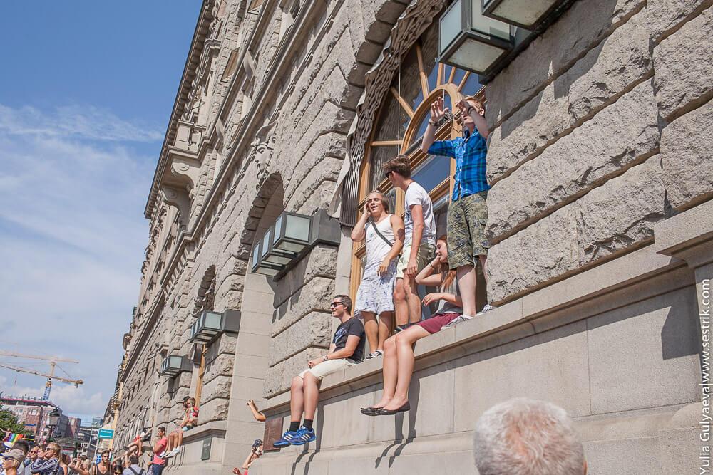 зрители на гей параде