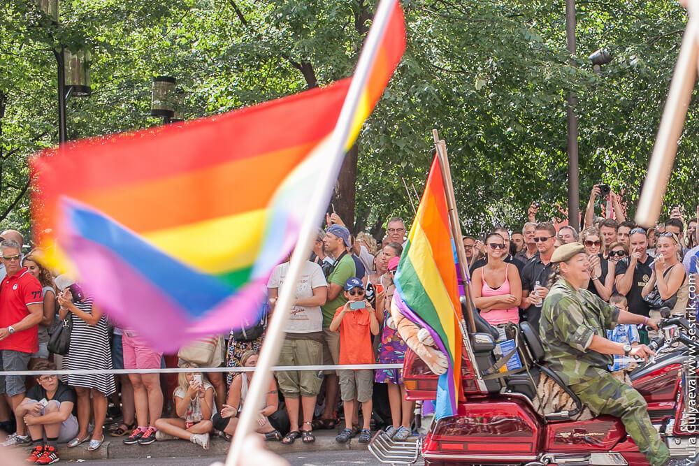 лесбиянка в военной форме на параде