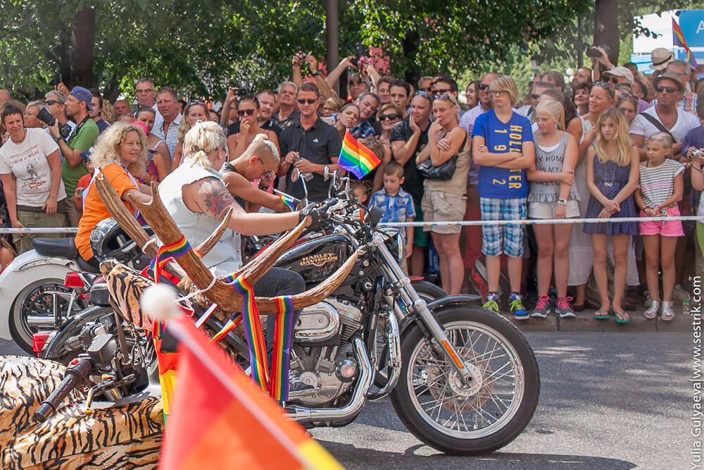 мотоциклистки на гей параде