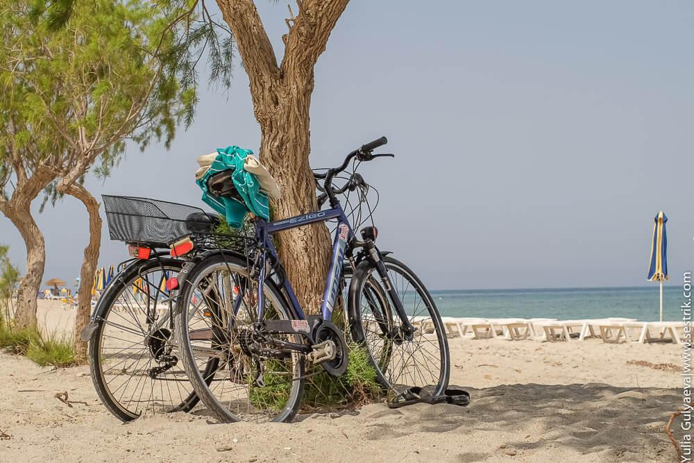 парочка велосипедов на пляже