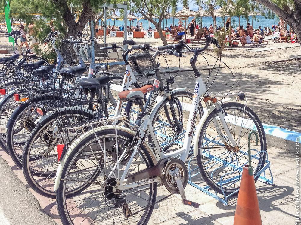 велопарковка на пляже в тикали