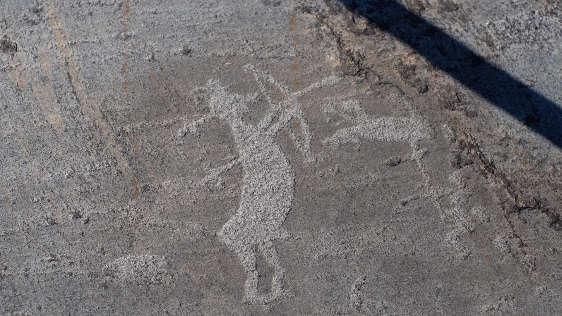 петроглиф человек стреляет из лука