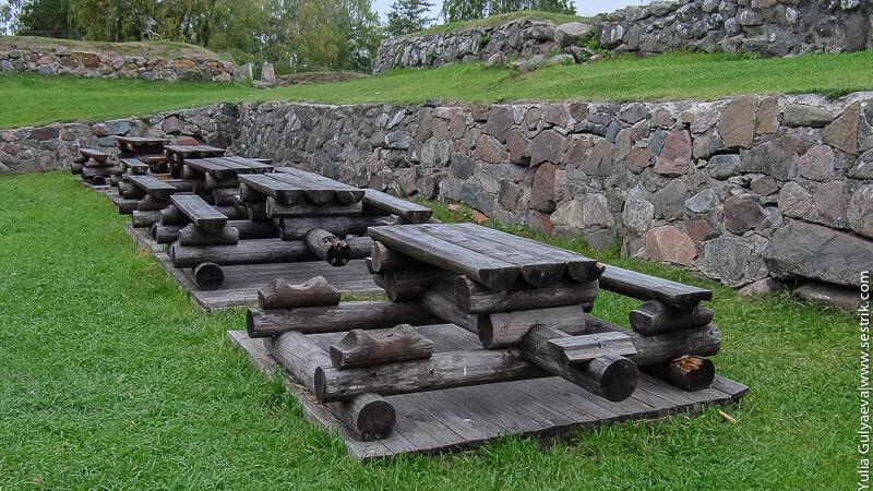скамейки для пикника на территории крепости
