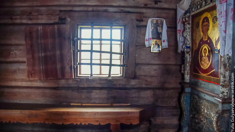 внутри старо деревянной церкви