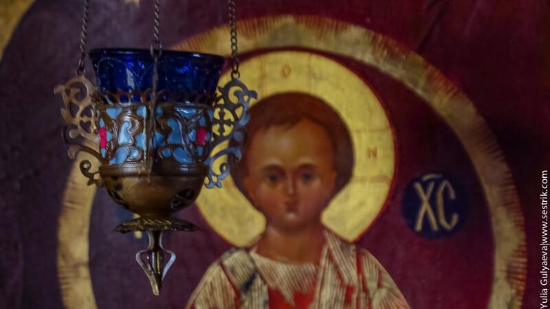 лампада перед иконой младенца Христа