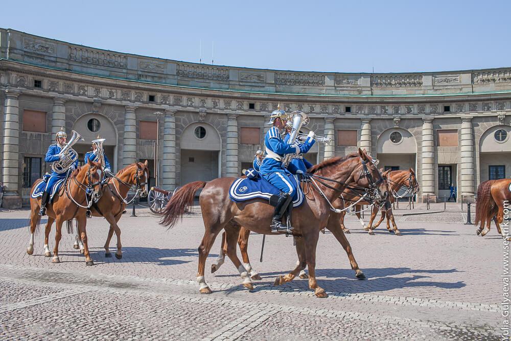 кавалерия во дворе королевского дворца