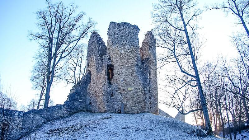 разрушенная башня замка