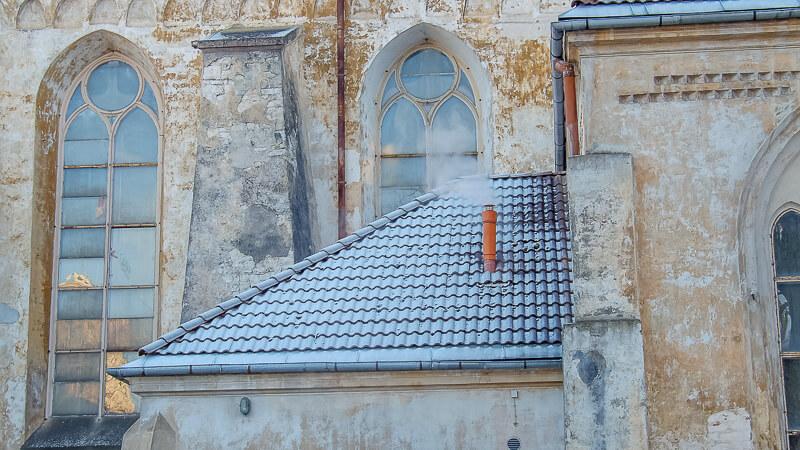 крыша с дымящей трубой