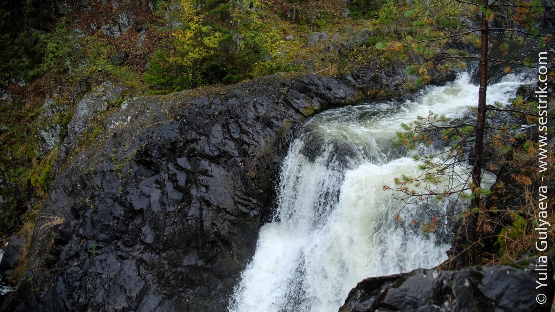 бурные потоки водопада