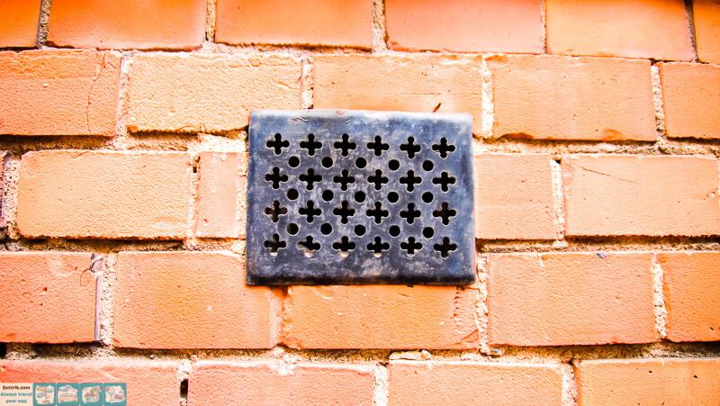 решетка на кирпичной стене