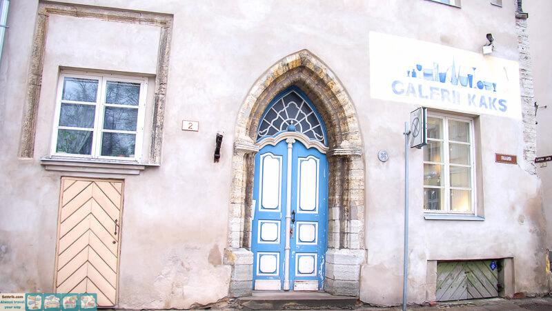 старая дверь в центре таллина