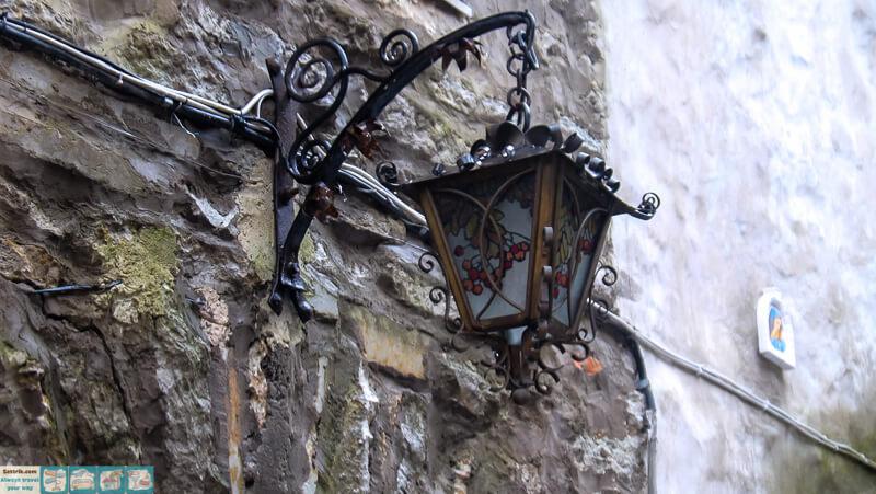 старинный фонарь на старой стене