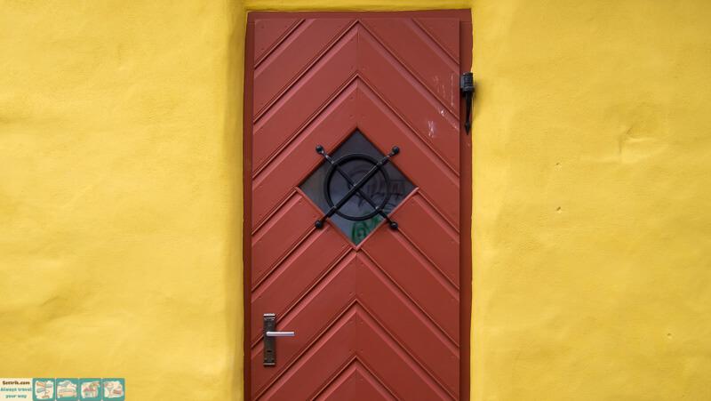 красная дверь на желтой стене