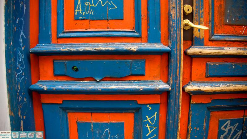 сине-оранжевая дверь