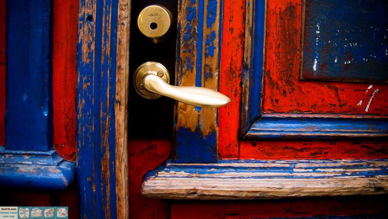 сине-красная старая дверь