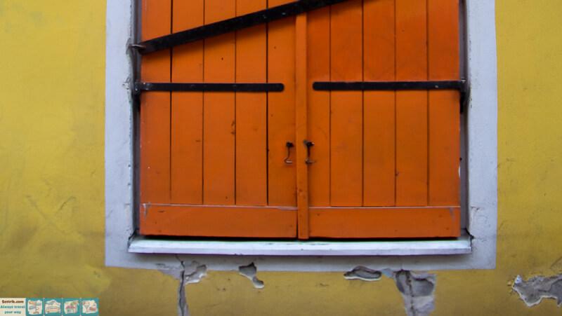 оранжевая дверь на желтой стене