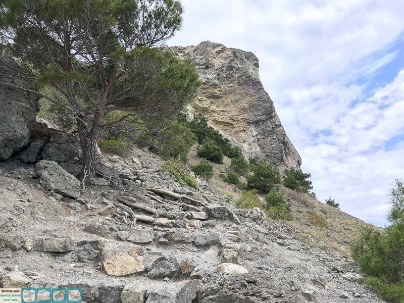 лестница в скале на тропе голицына