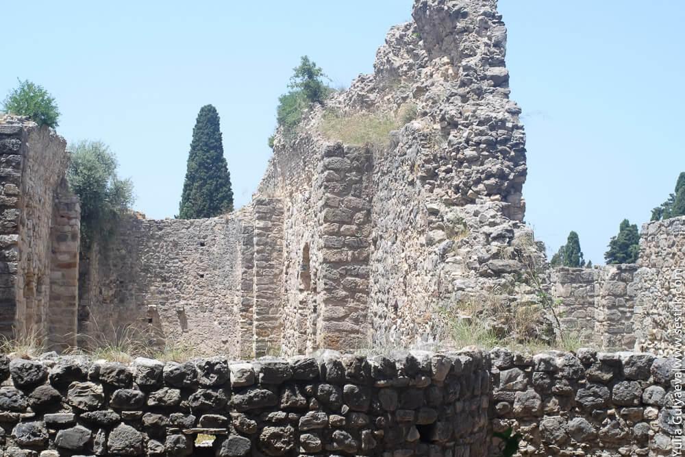 развалины больницы гиппократа в греции