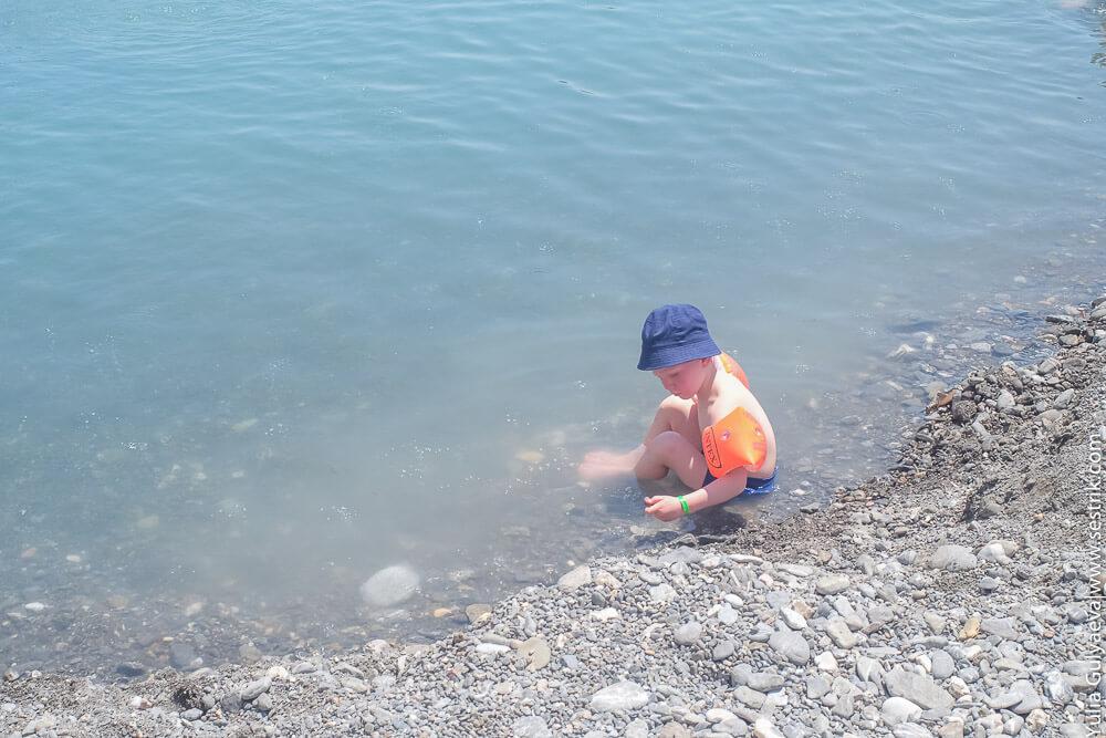 ребенок в термальном источнике