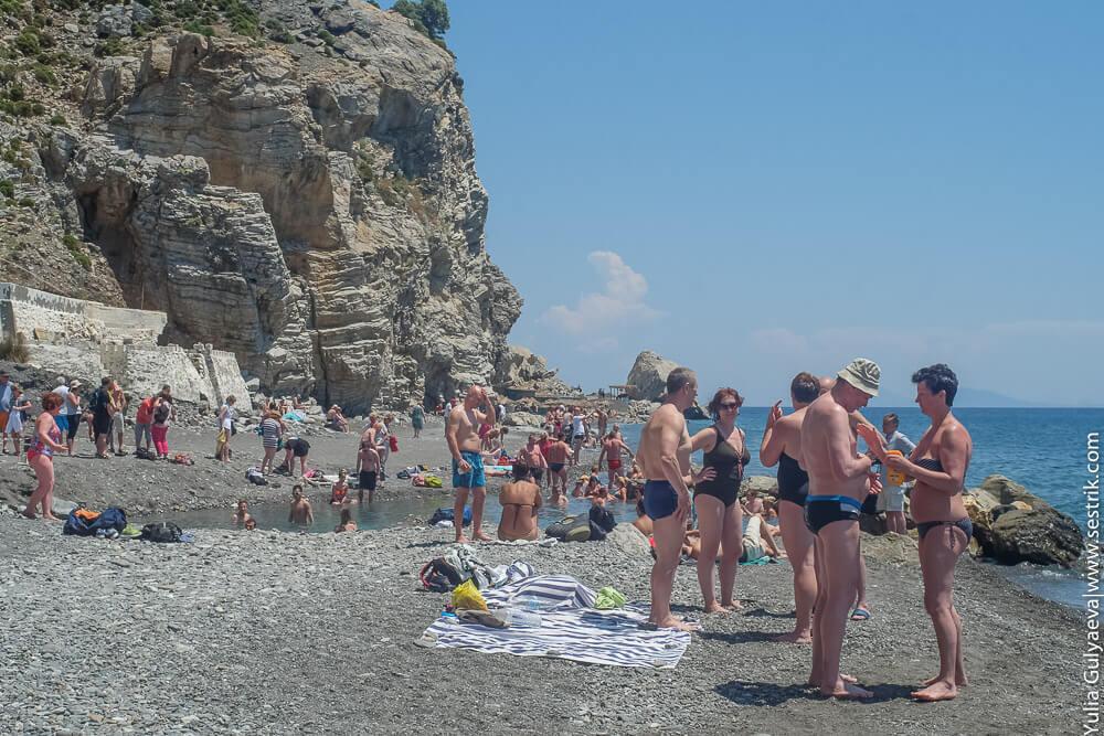 туристы на термальном источнике в греции