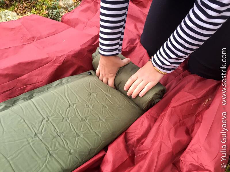 как сворачивать надувной коврик