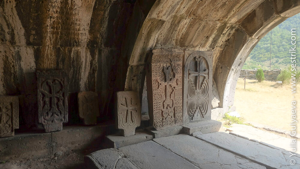 хачкары внутри монастыря в ахпат