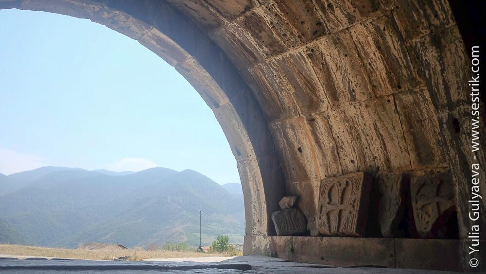 арка и вид на горы