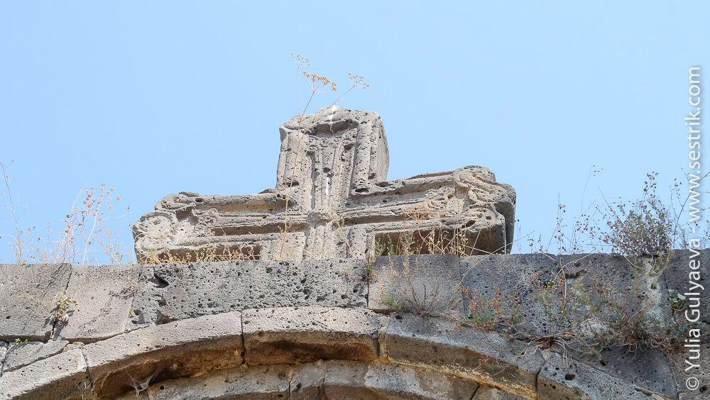 крест в ахпат над входом