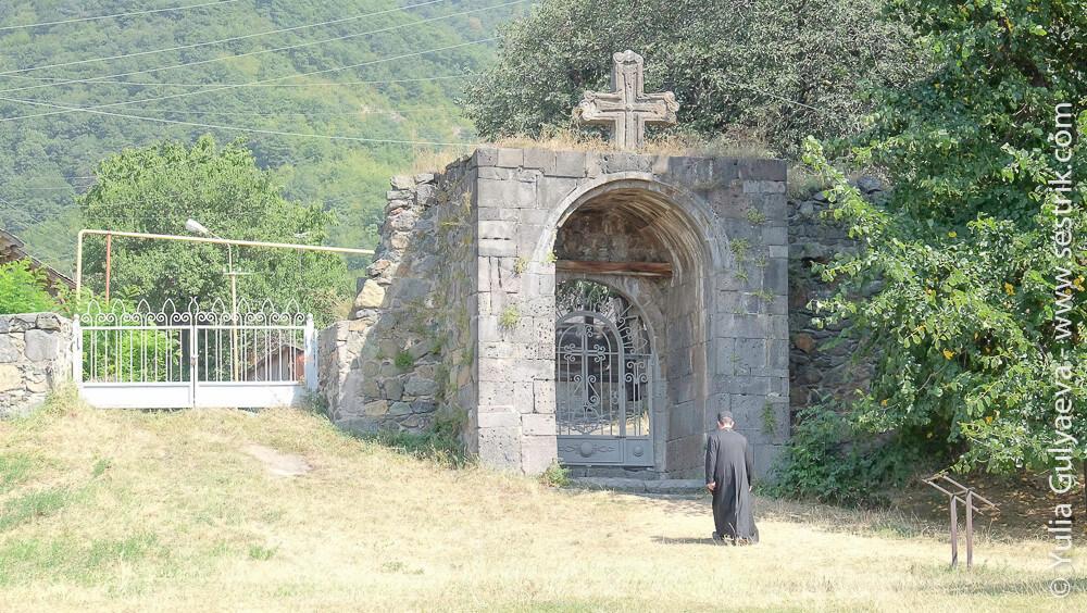 армянский священник в монастыре ахпат