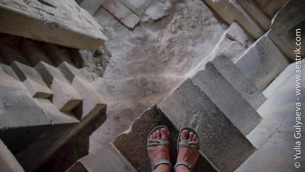 вид сверху с узкой лестнице в монастыре ахпат